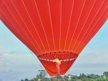 Воздушный шар красного цвета горячий в небе стоковая фотография
