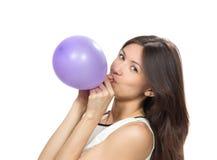 Воздушный шар молодой счастливой девушки дуя Стоковая Фотография RF