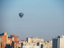Воздушный шар над городом стоковая фотография rf