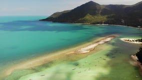 Воздушный Koh Phangan Таиланд острова взгляда трутня Ландшафт экзотического побережья панорамный, пляж рыболова Chaloklum Malibu сток-видео
