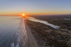 Воздушный seascape захода солнца известного пляжа Montegordo, Алгарве Стоковые Фото