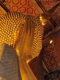 Возлежа взгляд Behide головы ` s Будды стоковое фото
