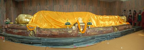 Возлежа статуя Будды в виске Parinivarna в Kushinagar, Ind стоковое изображение rf