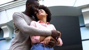 Возлюбленн обнимая, новобрачные на медовом месяце, отношения счастье, привязанность стоковые изображения rf