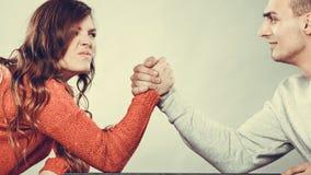 Возможность армрестлинга между молодыми парами стоковое фото rf