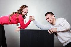 Возможность армрестлинга между молодыми парами стоковая фотография