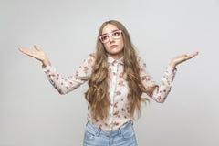 Возможно, который знает Confused длинная с волосами белокурая девушка стоковая фотография