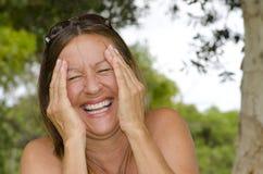 Возмужалая женщина наслаждаясь счастливым укладом жизни стоковые фотографии rf