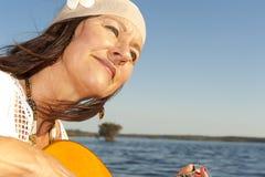 Возмужалая женщина hippie с гитарой Стоковое Изображение