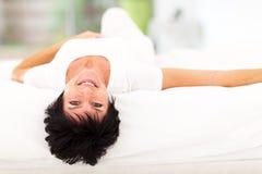 Возмужалая кровать женщины стоковые фото