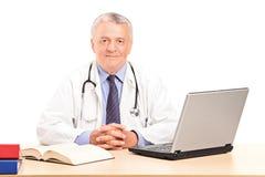 Возмужалый доктор в его представлять офиса стоковое изображение rf