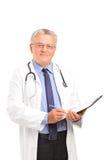 Возмужалый профессионал медицинского соревнования держа clipboard Стоковое фото RF