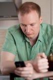Возмужалый человек работая дома Стоковое Изображение RF