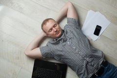 Возмужалый человек работая дома Стоковое Фото