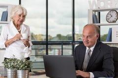 возмужалая женщина офиса стоковое изображение