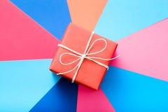 Вознаграждение настоящего момента предпосылки красной подарочной коробки красочное стоковые изображения