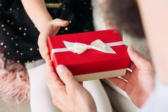 Вознаграждение отца подарочной коробки настоящего момента праздника семьи красное стоковая фотография rf