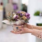 Вознаграждение подарка букета цветка дня матери красивое стоковая фотография rf