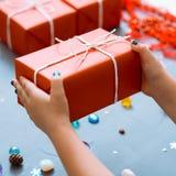 Вознаграждение праздника подарка присутствующей руки отца матери красное стоковые изображения