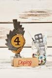 Вознаграждение и пилюльки на древесине стоковые фото
