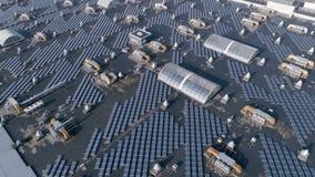 Возобновляющая энергия, фотоэлемент для энергии продукции зеленой на крыше дома в под открытым небом, взгляда сверху акции видеоматериалы