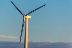 Возобновляющая энергия - ветротурбины против голубого неба Стоковая Фотография RF