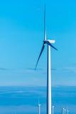 Возобновляющая энергия - ветротурбины против голубого неба Стоковое Изображение RF