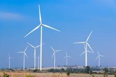 Возобновляющая энергия ветротурбины с голубым небом Стоковые Фото