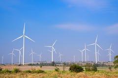 Возобновляющая энергия ветротурбины с голубым небом Стоковое фото RF