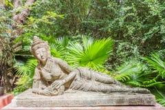 Возлежа ангел для украшения в ботаническом саде Стоковые Фотографии RF