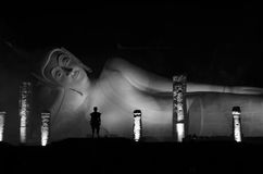 Возлежа Будда в Wat Khun в Thapramul Таиланде на ноче Стоковые Изображения RF