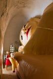 Возлежа Будда на Manuha Paya в Bagan, Бирме Стоковые Изображения RF