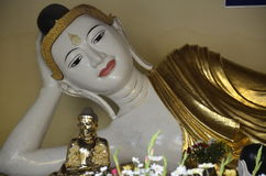 Возлежа статуя Будды на пагоде Shwedagon Стоковые Фотографии RF
