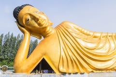 Возлежа статуя золота Будды на Пхукете, Таиланде Стоковое Изображение RF