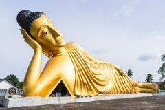 Возлежа статуя золота Будды на Пхукете, Таиланде Стоковая Фотография RF