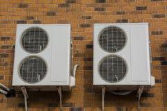 2 ¡ воздуха Ð onditioning ompressor ¡ Ð на стене Стоковое Изображение RF