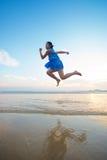 Воздух девушки бежать на пляже Стоковая Фотография