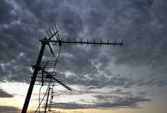 Воздушная антенна на крыше с пасмурной предпосылкой Стоковое Изображение RF
