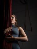 Воздушная женщина танцора сфокусировала на ее представлении на цирке Стоковая Фотография