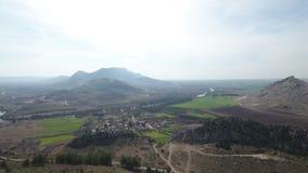 Воздушная муха над всходом деревни на сельской местности в Турции акции видеоматериалы