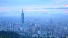 Воздушная панорама города Тайбэя с целью реки Tamsui и района центра города в сумерк Стоковое фото RF