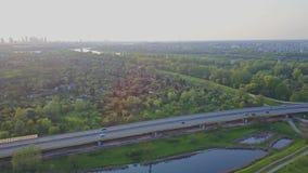 Воздушная панорамная съемка горизонта Варшавы и guyed моста в вечере сток-видео