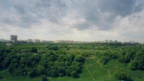 Воздушная съемка городского пейзажа Москвы как увидено от парка Kolomenskoe Стоковые Изображения RF