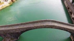 Воздушная съемка известного моста Mary Magdalene как известно как мост дьявола в Италии, 4K акции видеоматериалы