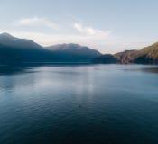 Воздушная съемка каяка на озере и заходе солнца Стоковые Изображения RF
