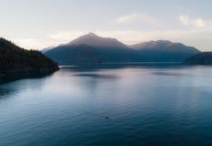 Воздушная съемка каяка на озере и заходе солнца Стоковая Фотография