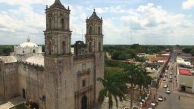 Воздушная съемка мексиканского chirch Католическая церковь в типичном мексиканском городе акции видеоматериалы