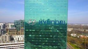 Воздушная съемка небоскреба офиса с логотипом Hyundai Мотора Компании строя самомоднейший офис Редакционное 3D представляя зажим  бесплатная иллюстрация