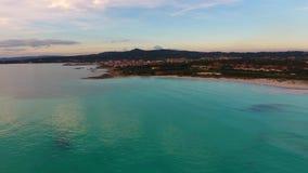 Воздушная съемка, неимоверно красивый штиль на море в свете захода солнца с сериями облаков сток-видео