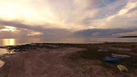 Воздушная съемка, неимоверно красивый штиль на море в свете захода солнца с сериями облаков акции видеоматериалы